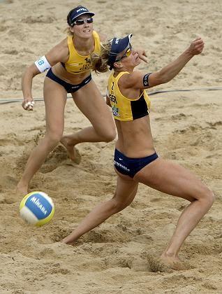 Deutsche Beachvolleyballerinnen Okka Rau (l.), Stephanie Pohl: Zur Sicherheit ausgesperrt