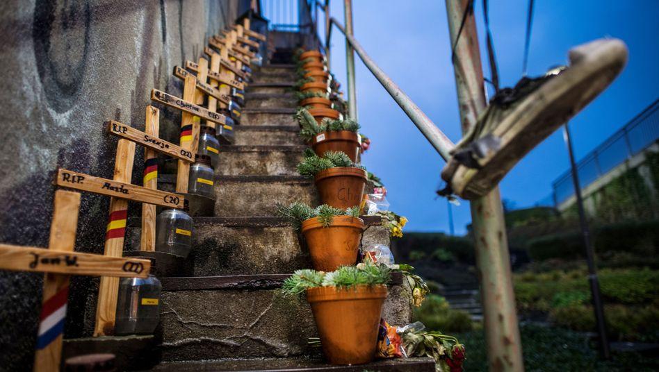 Holzkreuze für die 21 Opfer der Loveparade (Archiv)