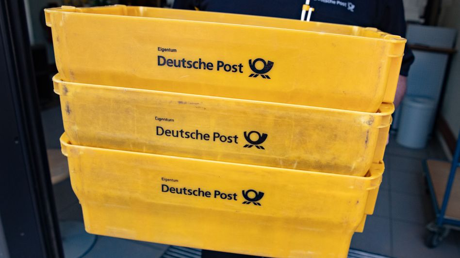 Transportkisten der Deutschen Post