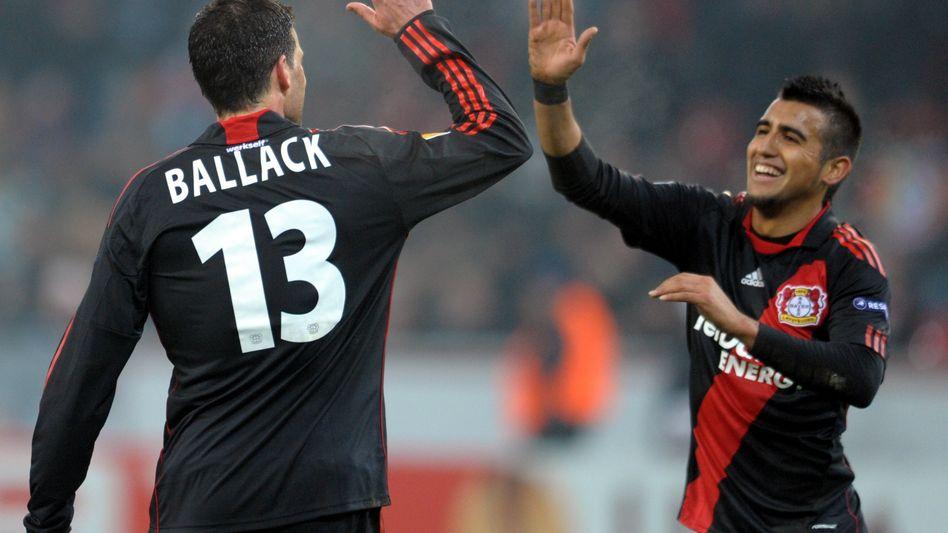 Leverkusens Ballack (l.), Vidal (r.): Sieg sichert deutschen Champions-League-Platz
