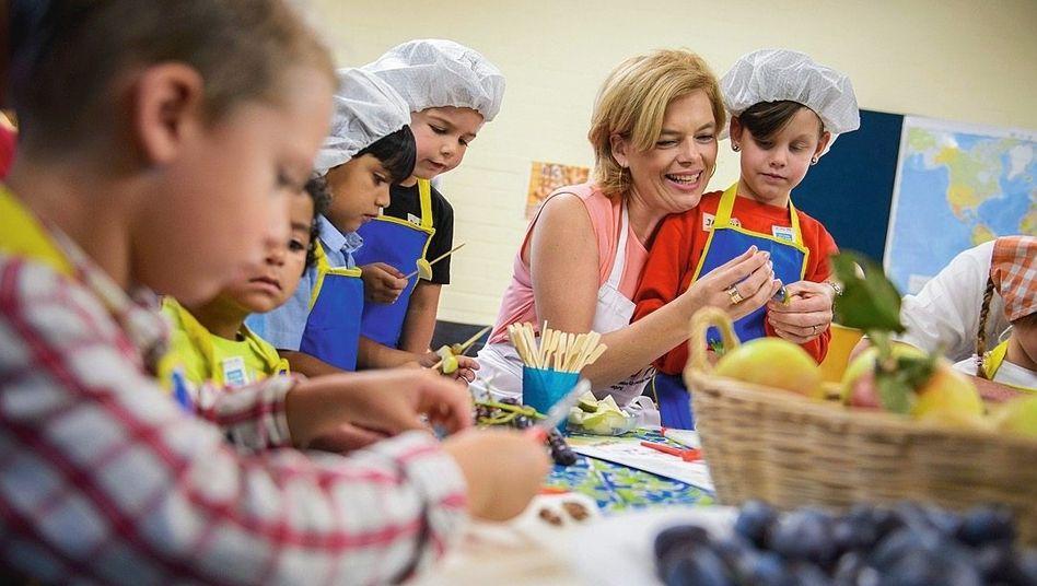 Ernährungsministerin Klöckner mit Kindern: Der Bund soll die Länder bei der Umsetzung von Standards unterstützen