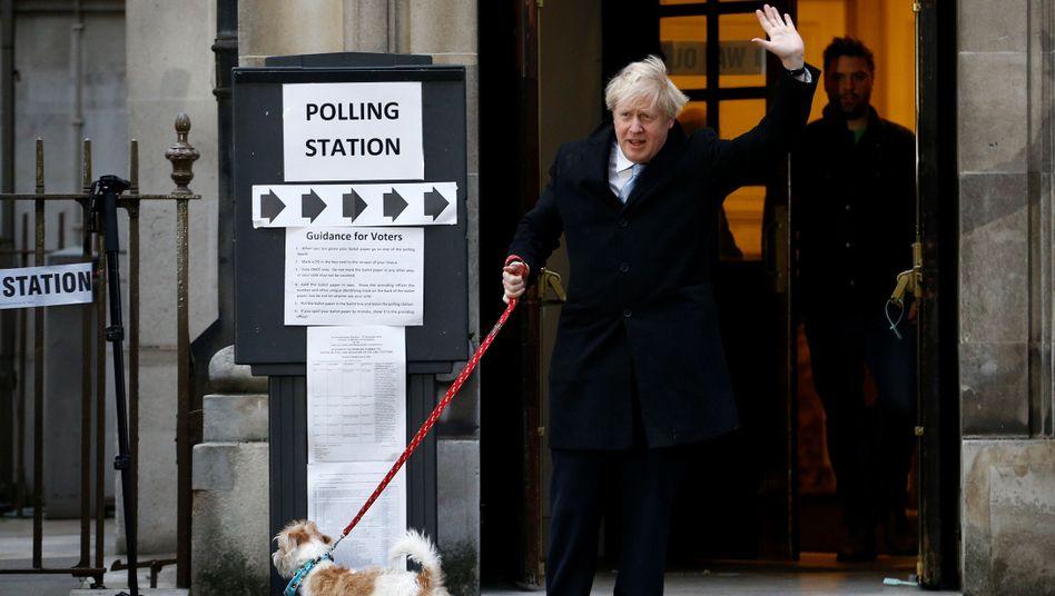 Boris Johnson nach seiner Stimmabgabe: Er kam mit seinem Hund Dilyn zur Wahl
