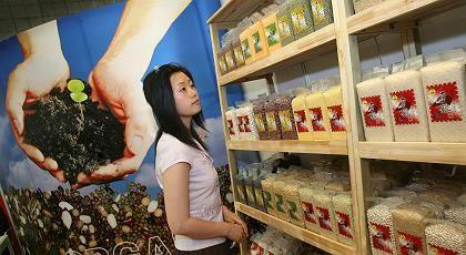 Plakat in chinesischem Lebensmittelgeschäft in Shandong: Weltgrößter Lieferant für Geschmacksstoffe und Vitamine