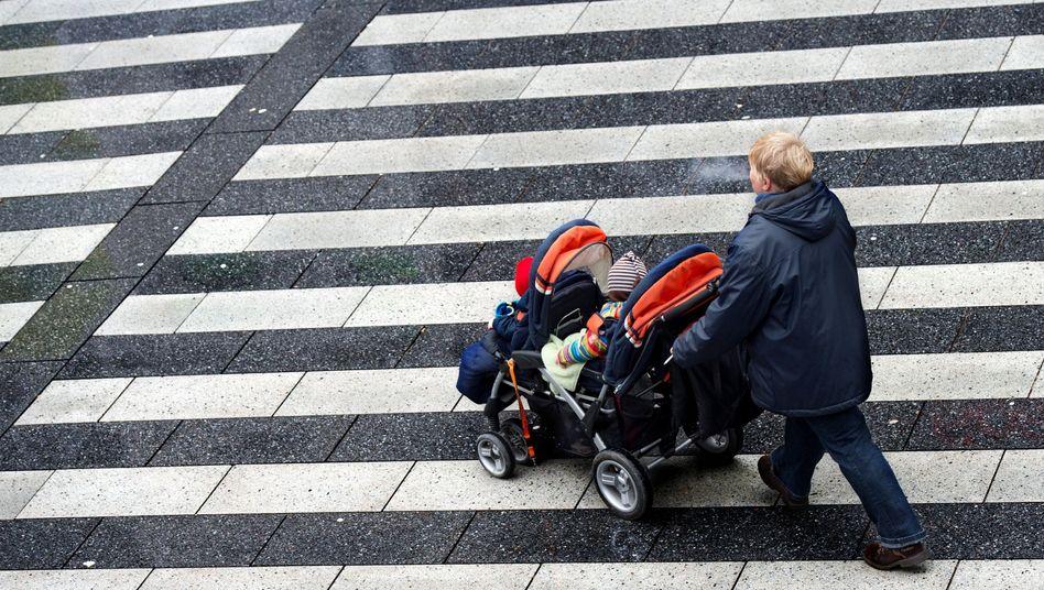 Frau mit Kinderwagen: Alleinerziehende überproportional betroffen