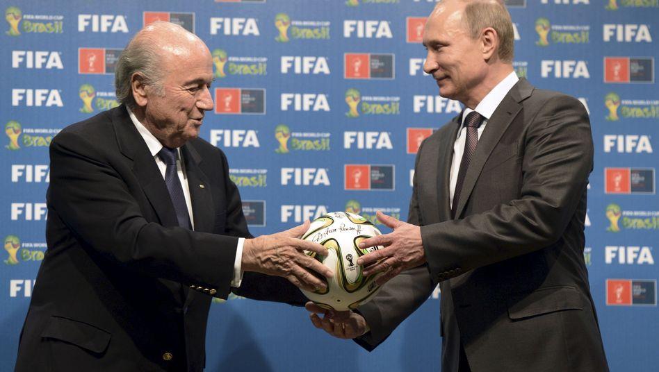 Fifa-Chef Blatter (l.), russischer Präsident Putin (im Juli 2014): Deutliche Worte aus Moskau