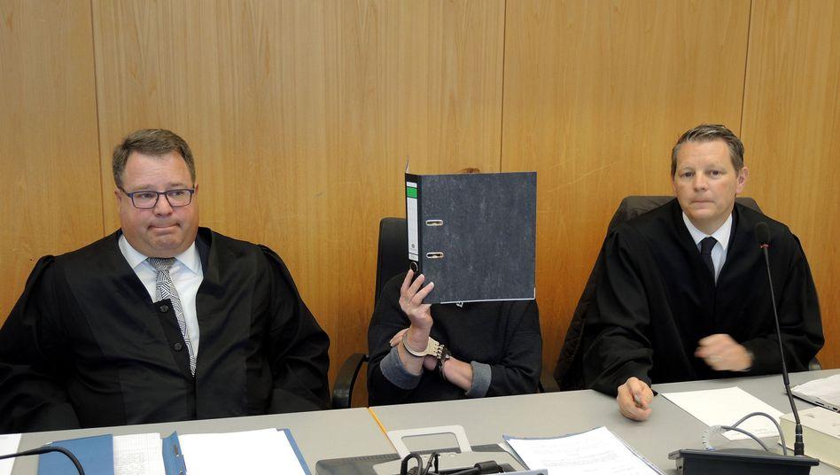 Hat diese Frau zwei demenzkranke Seniorinnen sexuell missbraucht? Die Angeklagte (Mitte) bei Prozessbeginn vor dem Landgericht Ulm