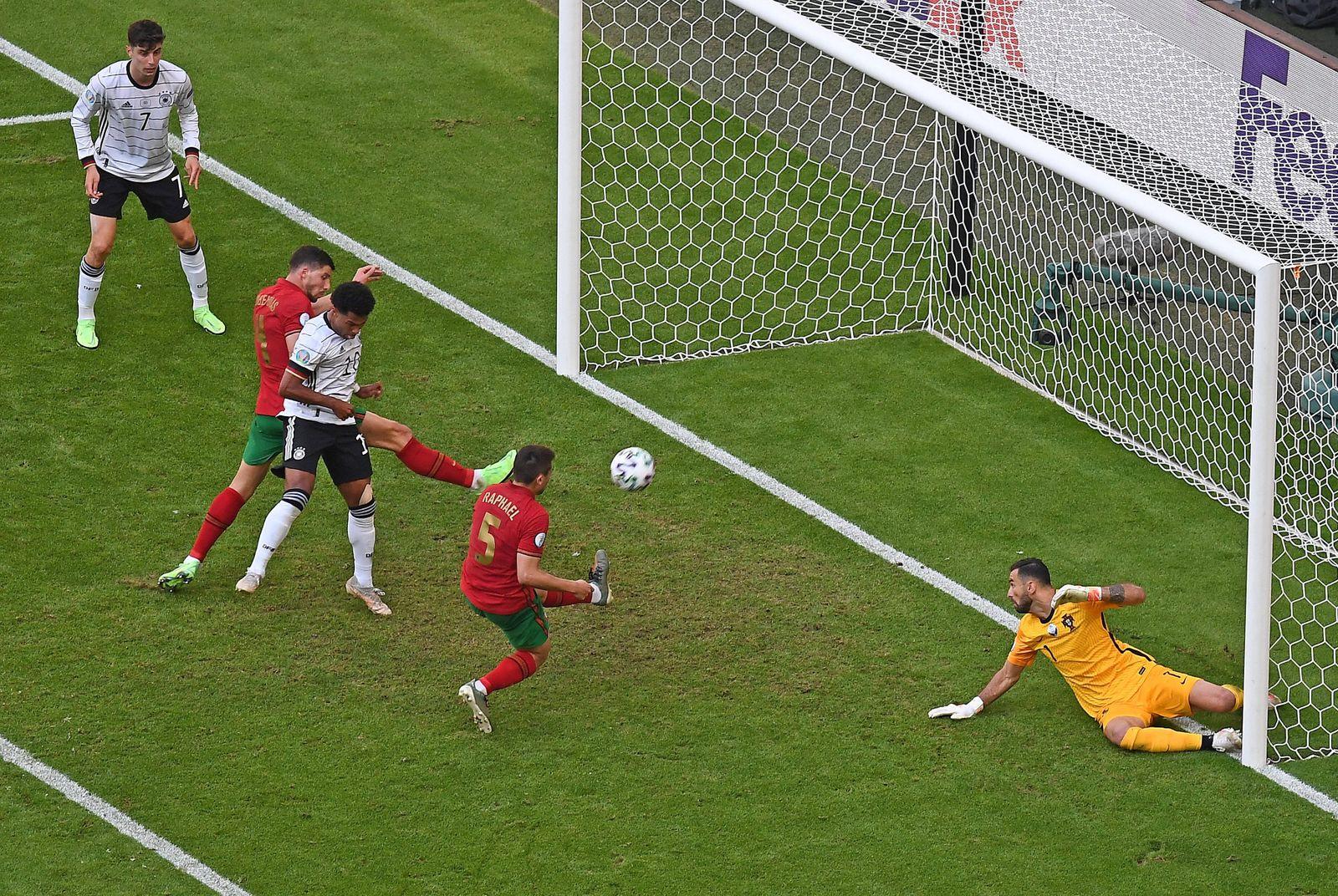 19.06.2021, xjhx, Fussball Europameisterschaft 2020 Gruppe F, Deutschland - Portugal emspor, v.l. Raphael Guerreiro (Por
