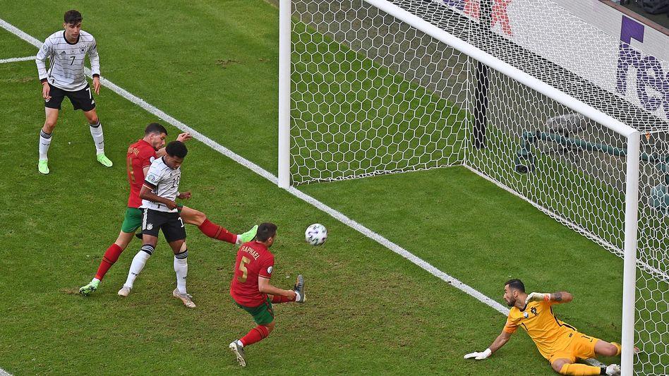 Raphaël Guerreiro (v.) trifft per Eigentor zur deutschen 2:1-Führung