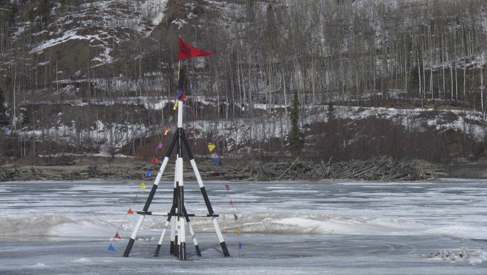 In einer Lotterie wird getippt, wann das zuvor im Eis eingefrorene Gestell auf dem Tahana wegschwimmt