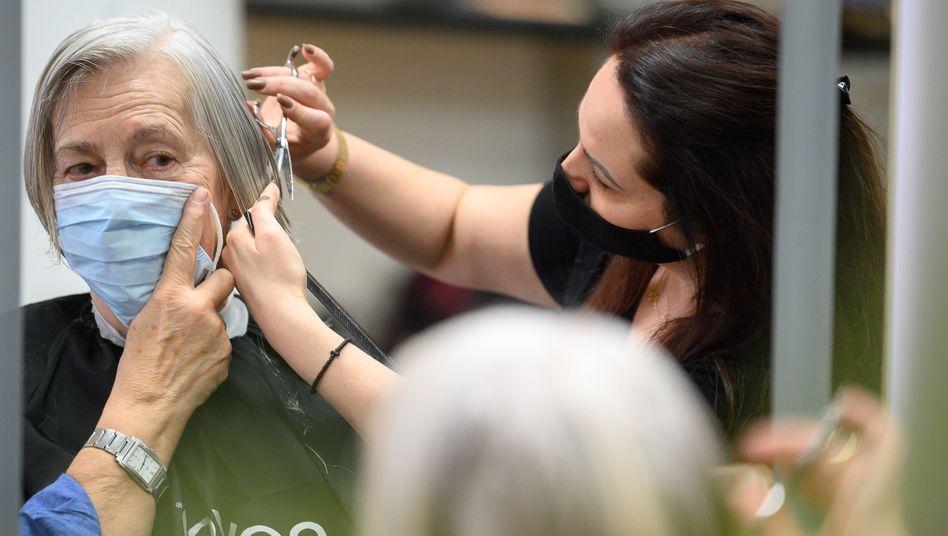 Friseur in Stuttgart: Masken bei engem Kontakt weiter Pflicht