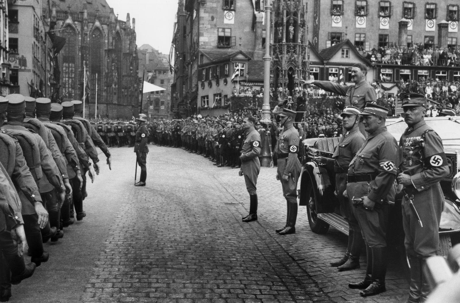 Reichsparteitag 1936 / Aufmarsch der SA vor Hitler / Foto