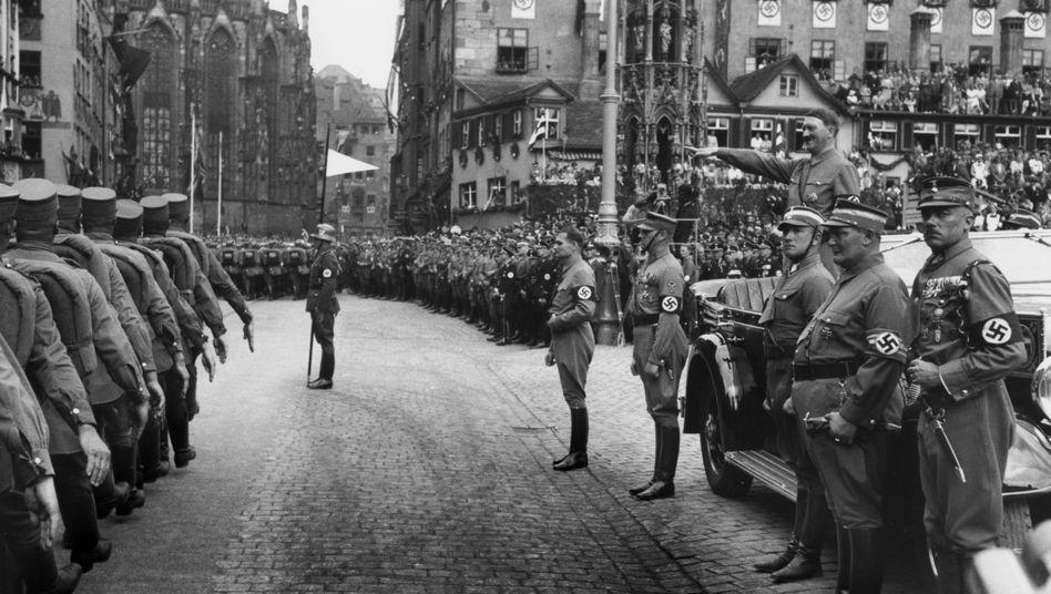 Verbrecher: Hanns Elard Ludin (3. v. r., 1936 mit Hitler in Nürnberg) trug die Verantwortung für die Ermordung von rund 70.000 Juden.