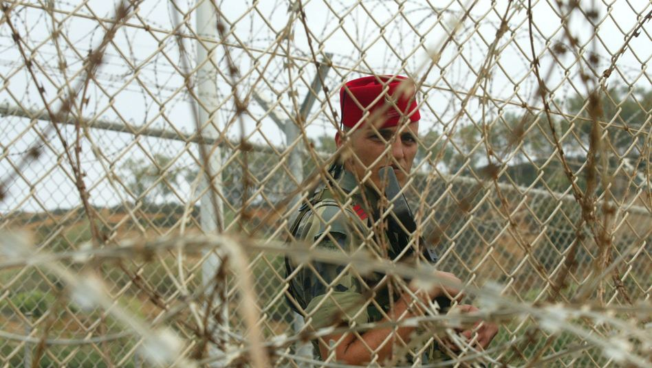 Spanischer Soldat: Stacheldraht schirmt Ceuta von Marokko ab