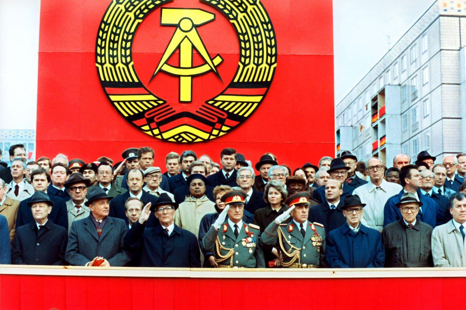 Diktatoren/ Erich Honecker/ Militärparade 1989