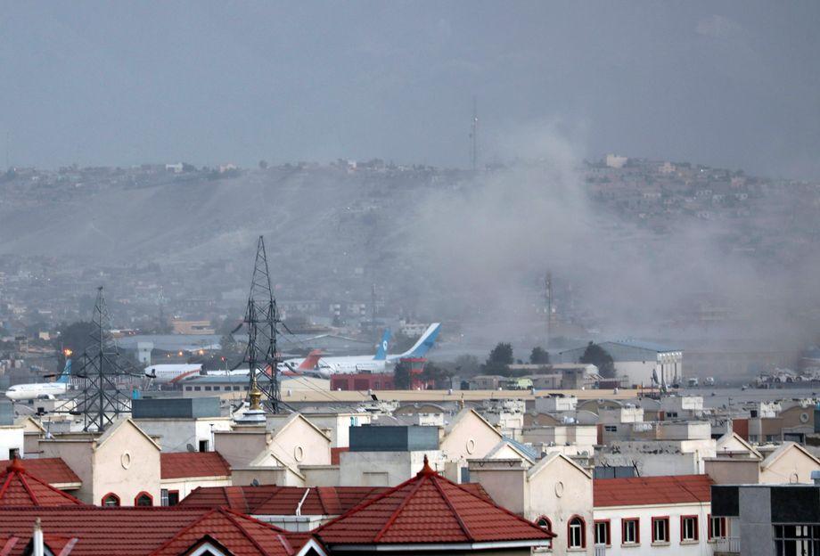 Rauch steigt über dem Flughafen von Kabul auf
