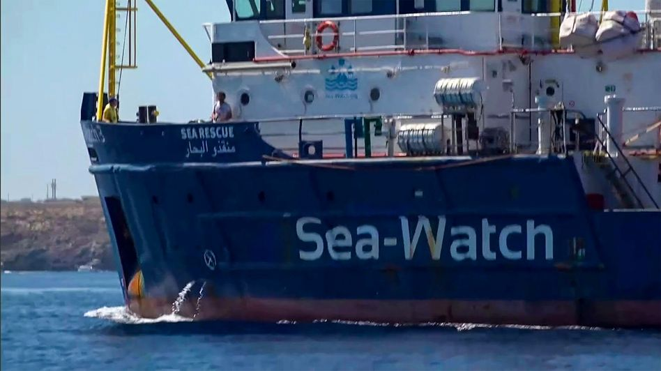 """Die """"Sea-Watch 3"""" auf dem Weg in den Hafen von Lampedusa"""