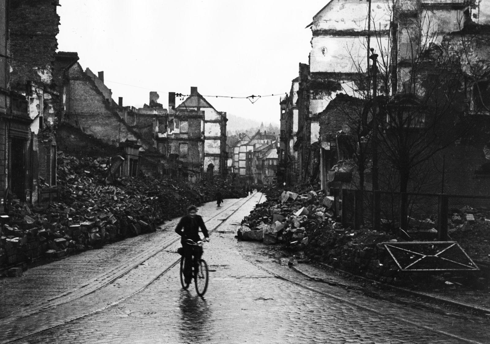 Pforzheim Bombardierung - Eine zerstörte Stra?e in Pforzheim
