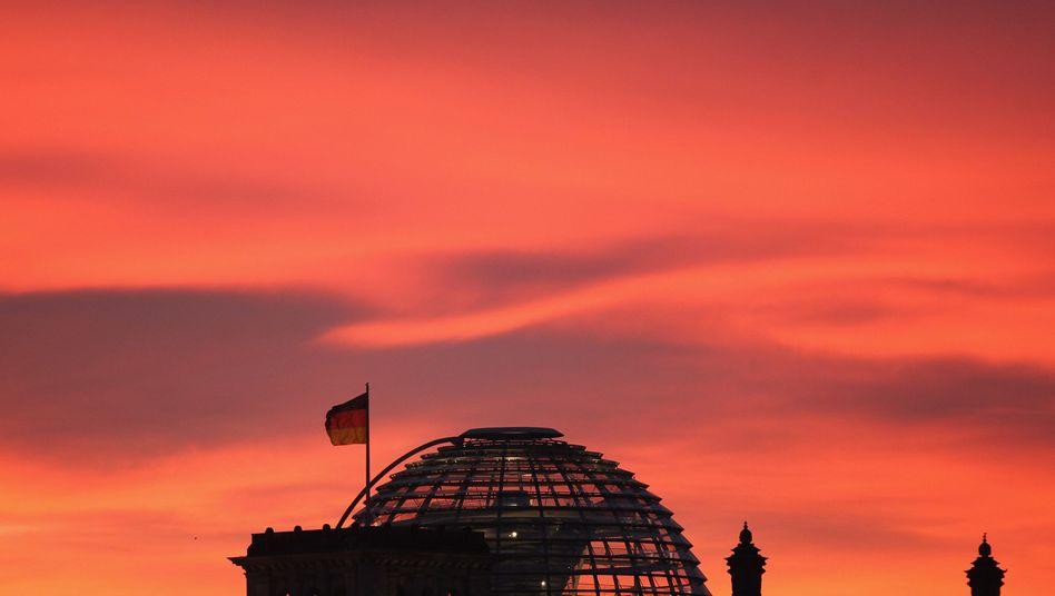 Deutschlandfahne auf dem Reichstag in Berlin: Im Strudel der Krise