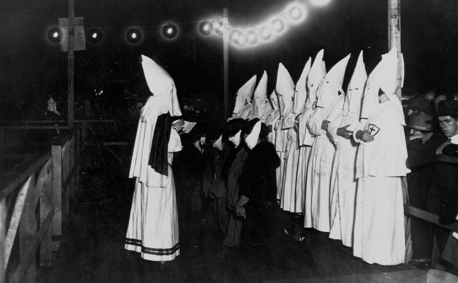 KKK und die Frauen - First Women to be Intiated into the Ku Klux Klan