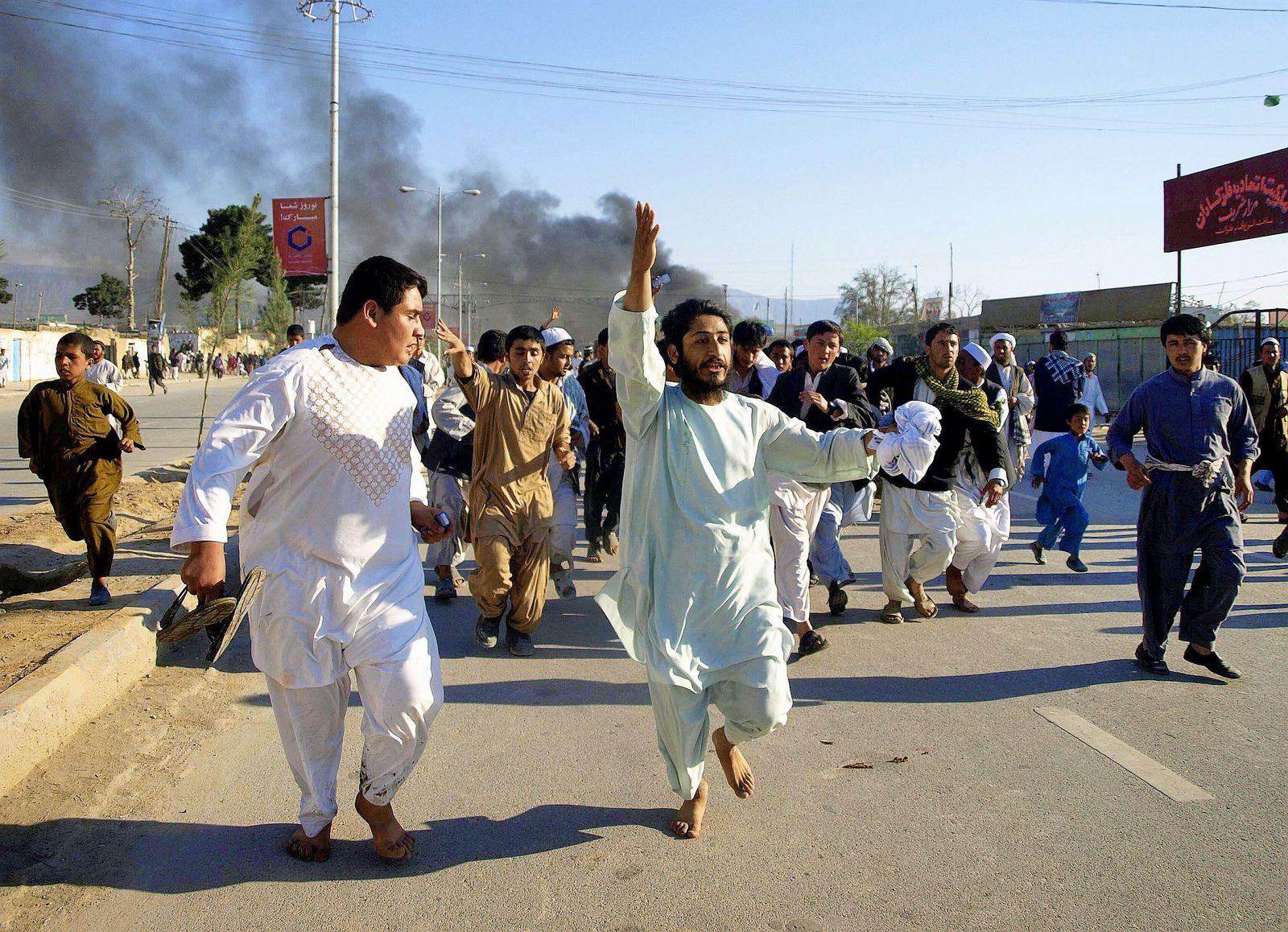 Afghanische Demonstranten in Masar-i-Scharif am 1. April