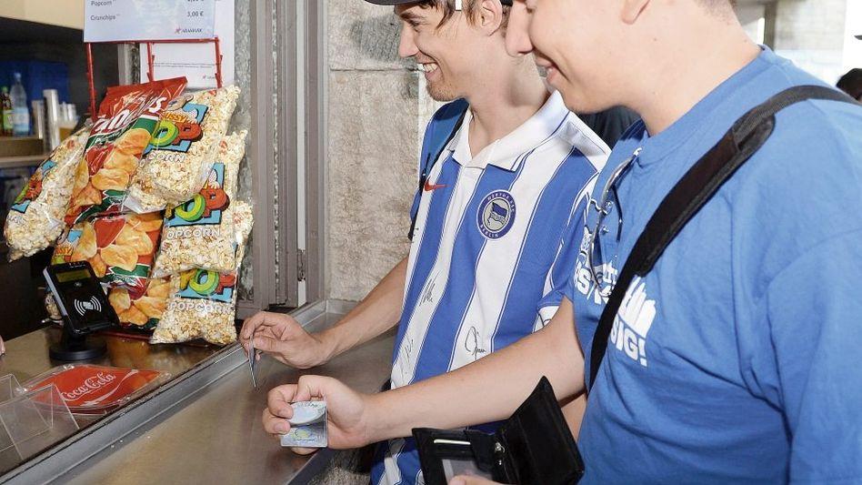 Anhänger von Hertha BSC mit Chipkarte Hübsche Gewinne mit dem Schlummergroschen