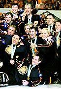 Bild mit Seltenheitswert: Deutsche Eishockeyspieler mit Medaillen