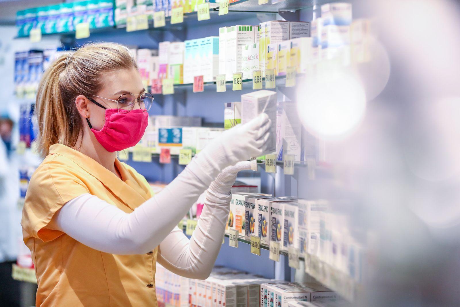 Apotheke stellt sich mit selbstgenähtem Mundschutz gegen Corona
