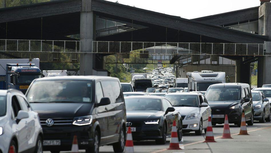 Autos an der Grenze zwischen Österreich und Slowenien - Österreich hat bereits vor einigen Tagen eine Reisewarnung für Kroatien ausgesprochen