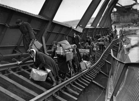 Sogenannte Displaced Persons überqueren am 1. Mai 1945 die Elbbrücke bei Tangermünde