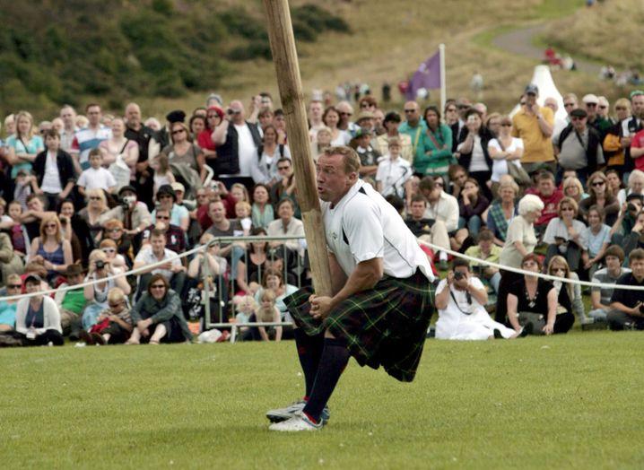 Baumstammwerfen gehört auch zur schottischen Kultur