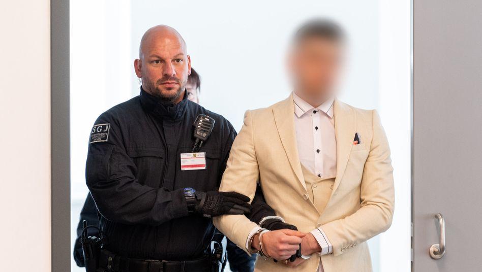 Angeklagter Alaa S. (r.) mit Sicherheitsmann: Widersprüchliche Aussagen eines Zeugen