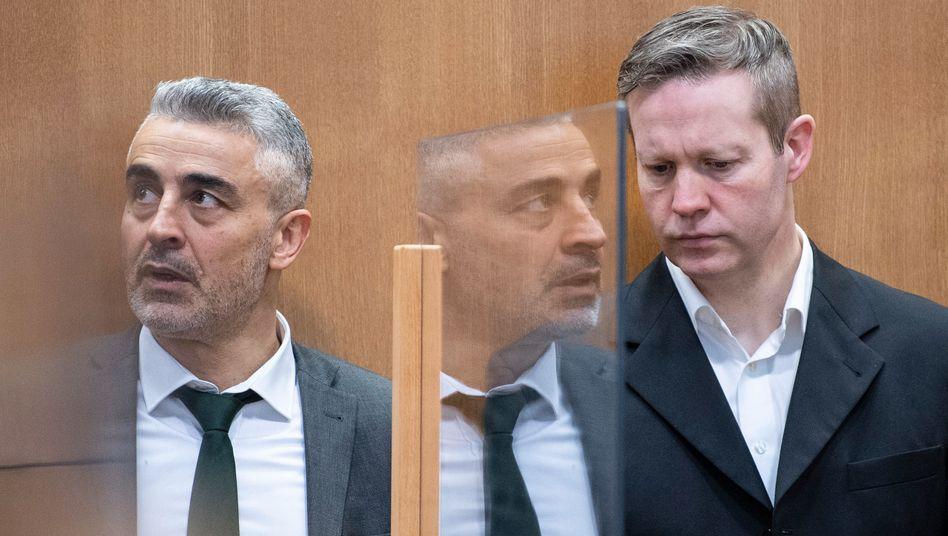 Anwalt Mustafa Kaplan mit seinem Mandanten Stephan Ernst