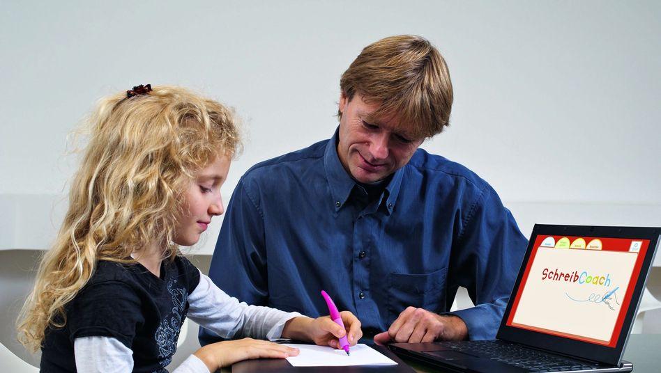 Nutzen der Handschrift: Psychologe Christian Marquardt mit einer Schülerin