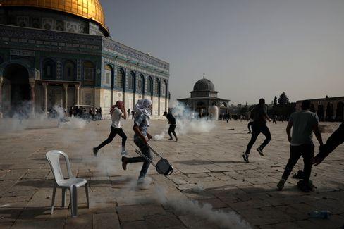 Vor der Aksa-Moschee stoßen palästinensische Demonstranten mit israelischen Polizisten zusammen