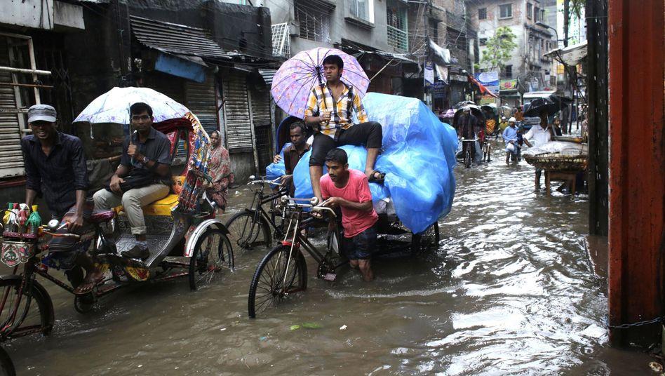 Überflutete Straße in Dhaka, Bangladesch: Hochrechnung zum Klimawandel