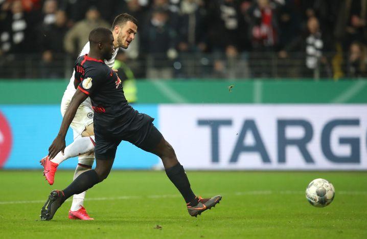 Filip Kostic beim Tor zum 2:0