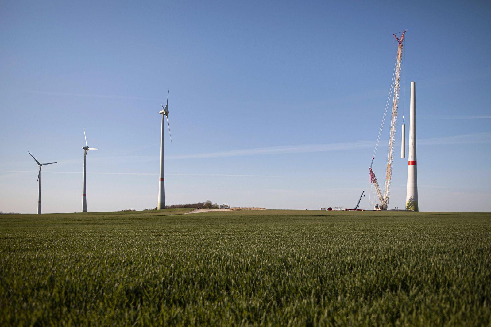 Ein Windrad wird aufgebaut in Ludwigsdorf, 23.04.2020. Ludwigsdorf Deutschland *** A wind turbine is being built in Ludw