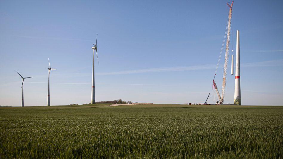 Zu klein, zu spät? Arbeiter bauen Windräder bei Ludwigsdorf auf