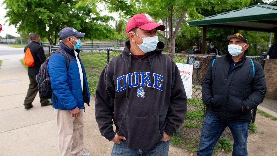 Tagelöhner warten in einem Park in Shirlington, Virginia, auf eine Arbeitsmöglichkeit