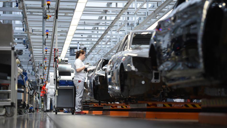 Audi-Werk in Ingolstadt (Archivbild): Wegen fehlender Chips stehen die Bänder