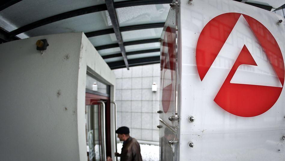 Mann am Eingang einer Arbeitsagentur: Hartz-IV als Falle
