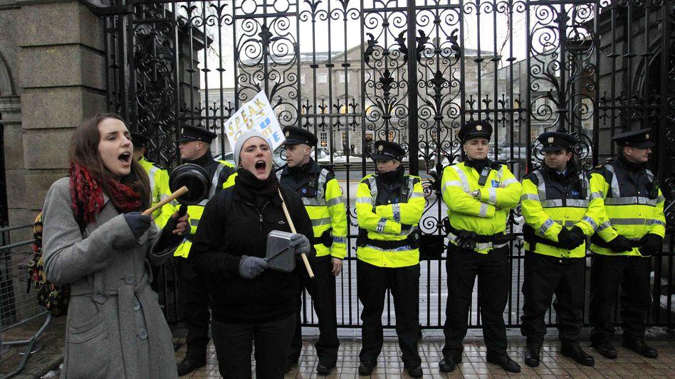 Proteste gegen Sparpaket in Dublin: Banker-Boni sollen künftig stärker besteuert werden
