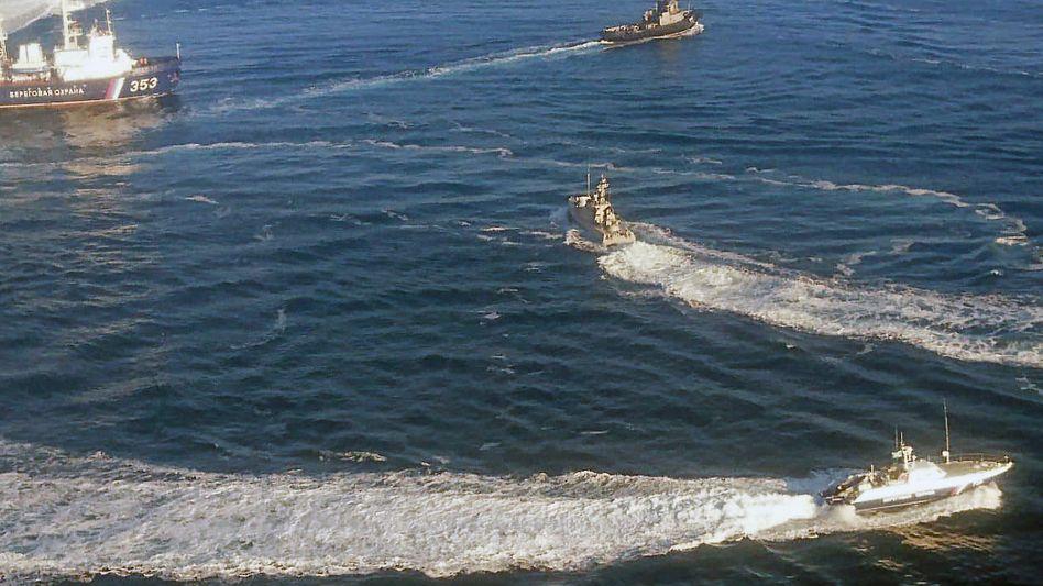 Ukrainische Marineboote fahren an der Halbinsel Krim in der Nähe der Meerenge zum Asowschen Meer in Gewässern, die von Russland beansprucht werden (Archivbild)