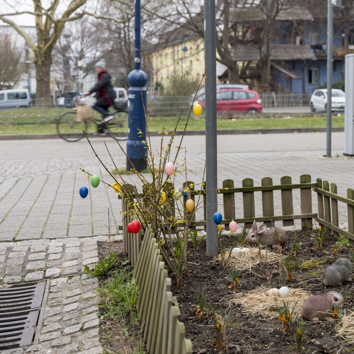 Osterdekoration in einer Seitenstraße im Quartier Vauban: Leute aus 15 Ländern und eine barrierefreie Komposttoilette