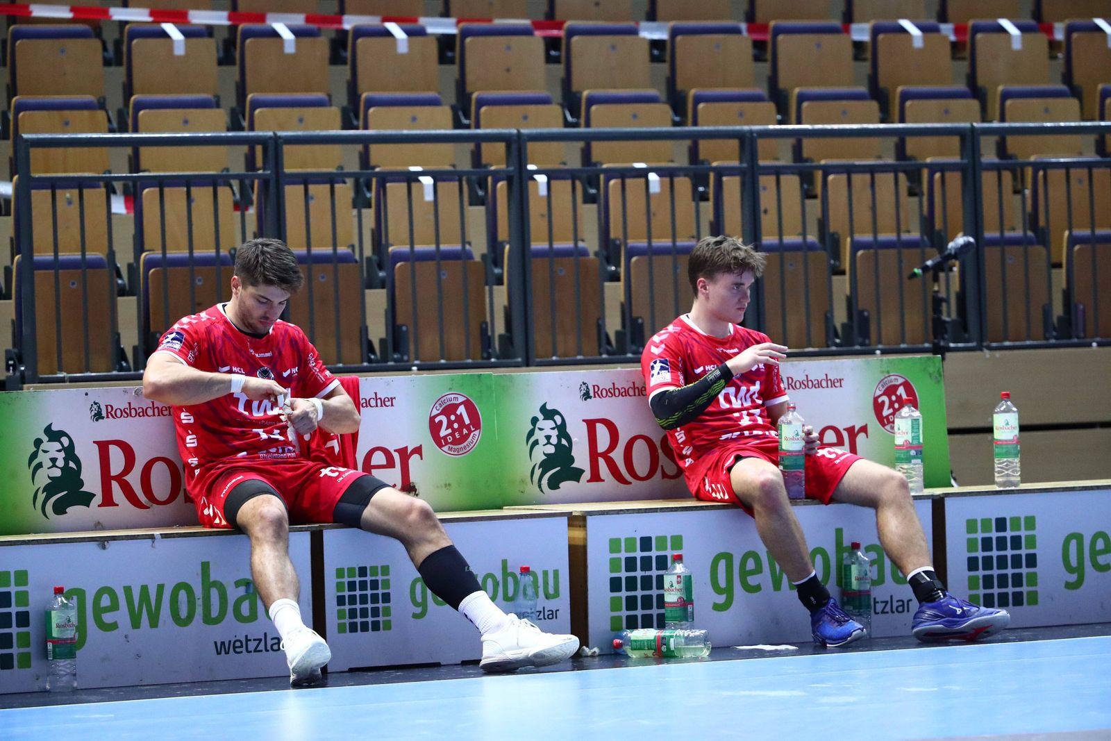 Maximilian Haider (Ludwigshafen, links) und Max Neuhaus (Ludwigshafen) sitzen enttaeuscht auf der Bank HSG Wetzlar vs E