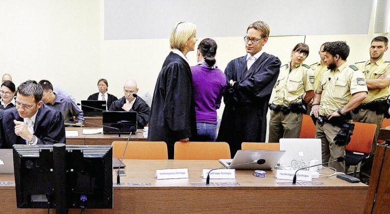 Angeklagte Zschäpe (M.), Verteidiger Stahl, Sturm, Heer (v. l.) am 10. Juli vor dem OLG München