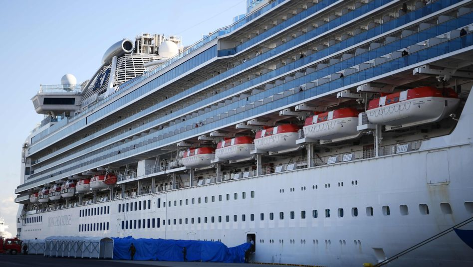 "Kreuzfahrtschiff ""Diamond Princess"" an der Pier in Yokohama"