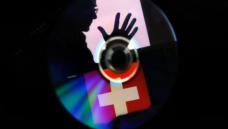 Spiegelung einer Schweizer Flagge auf CD: Neue Razzien wegen Fiskusbetrugs