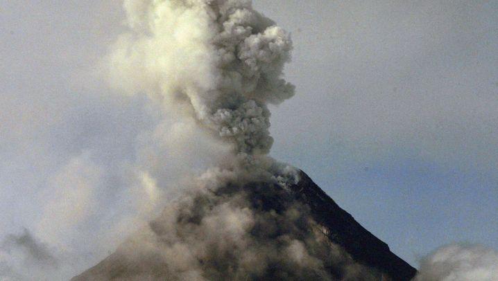 Vulkan Mayon: Feuerberg spuckt Rauch und Asche
