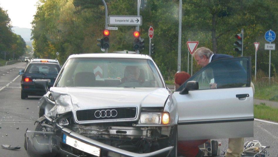 Erste Hilfe bei einem Unfall: Der Rettungskurs liegt bei vielen Autofahrern lange zurück
